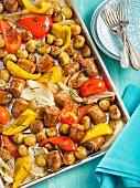 Italienische Wurst mit Paprika, Zwiebeln und Kartoffeln auf Backblech