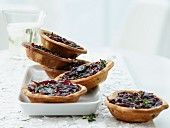 Onion tartlets with thyme shortbread and port wine