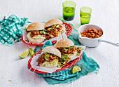 Mexikanische Chili con Carne Burger mit Kohl