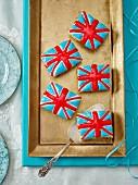 Union-Jack Gebäck auf goldener Kuchenplatte (Aufsicht)