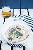 Brathering mit hausgemachtem Knäckebrot, Sauerrahm, roter Zwiebel und frischem Dill (Street Food aus Schweden)