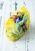 Verschiedene indische Lebensmittel in Plastiktüte