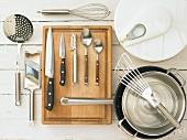 Küchenutensilien für die Zubereitung von Rotbarbe mit Salat, grünem Spargel und Fenchel