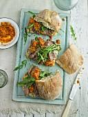 Pfeffersteak-Sandwich mit Tomatenpesto und gebratener Knoblauchmayonnaise