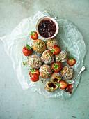 Erdbeer-Donuts mit Marmeladenfüllung