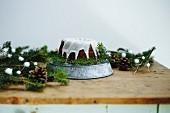 Kuchen mit Zuckerglasur auf weihnachtlich dekoriertem Tisch