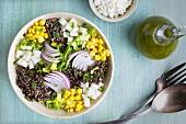 Gebratener Poblano-Quinoa-Salat mit Frischkäse und Koriander-Dressing
