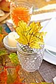 Herbstliches Tischgedeck mit Laubblatt als Namensschild