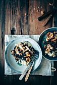 Selleriepüree mit Linsen, Pilzen, Walnüssen und frischem Salbei