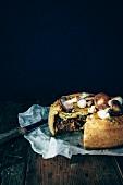 Pastete mit Pilzen, geschmortem Rindfleisch und frischem Thymian