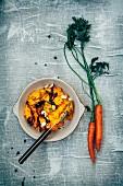 Kürbis-Karotten-Püree mit Karottenchips, gerösteten Mandeln, Pilzen und frischem Thymian