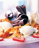 Eisdessert mit Erdbeeren und Schokoröllchen
