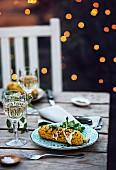 Gegrillter Maiskolben auf Gartentisch