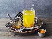 Heisser Zitronen-Ingwer-Tee mit Kurkuma