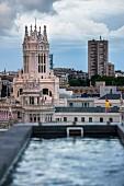 Blick von der Rooftop-Bar 'The Balcony' des Hotels Innside Madrid Suecia auf den Palacio de Cibeles, Madrid, Spanien
