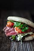Bao-Burger mit Rindfleisch und Garnelen