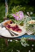 Gartenpicknick auf einem Stuhl mit Kuchen, Pudding und Blumen