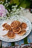 Mandeltörtchen auf einem nostalgischen Teller mit Kerbelblüten