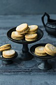 Biscuits filled with cashew cream