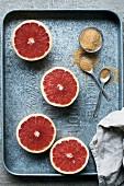 Grapefruithälften und brauner Zucker zum Karamellisieren