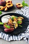 Gegrillter Pfirsich-Mozzarella-Salat