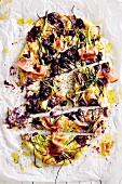 Pizza mit Heidelbeeren, Schinken, Taleggio und Zucchini (Soulfood)