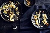 Halb leergegessene Teller mit Käse-Kartoffelpüree (Soulfood)