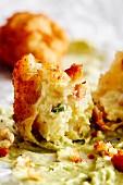 Frittierte Kartoffelkrapfen mit Avocado-Mayonnaise (Soulfood)