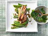Soja-Lachs mit Zuckerschotensalat