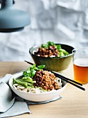 Zha jiang Mian (Weizennudeln mit Hackfleisch, fermentierte Sojabohnenpaste und klein geschnittener Salatgurke, China)