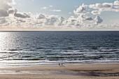 Wolkenstimmung am Strand, Sylt, Deutschland