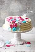 weiße frühlingshafte Schokoladentorte 'Blumenzauber'