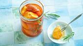 Eingemachte, gebackene Pfirsiche mit Rosmarin
