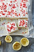 Zuckerfreie Zitronenschnitten mit Schmandsahne und Granatapfelkernen