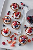 Sugar-free mini tarts with yoghurt and fresh berries