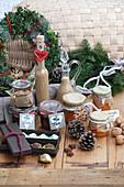 Verschiedene Weihnachtsgeschenke aus der Küche: Früchtekuchen, Schoko-Gewürz-Trüffel, Karamelllikör mit Zimt und Kardamom und Süsskartoffel-Birnen-Konfitüre
