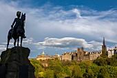 The Royal Scots Greys Monument mit der Alststadt im Hintergrund, Edinburgh, Schottland