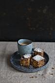 Brownie mit kleiner Tasse Cappuccino auf Leinendecke