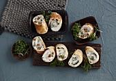 Creperöllchen gefüllt mit Datteln und Gorgonzola