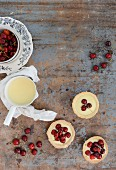 Tartlets with vanilla pudding and cherries