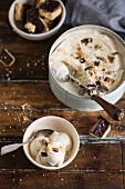 Eiscreme mit Schokoladen-Karamell-Biscuits