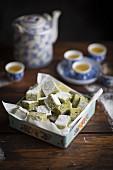 Matcha-Marshmallows und grüner Tee