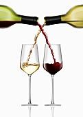 Ineinander greifende Rotwein- und Weißweinflasche gießen Wein ein