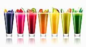 Viele verschiedene bunte Obst und Gemüse-Smoothies in einer Reihe