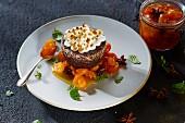 Schokoküchlein mit Baiserhaube und kandierten Kumquats