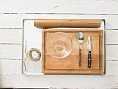 Küchenutensilien für die Zubereitung von Pfirsichen in Pergament