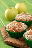 Apfel-Streusel-Muffins auf Holzbrett