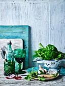 Stillleben mit Salat, Knoblauch und Glas Rotwein