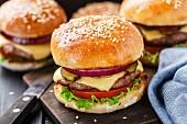 Burger mit Rindfleisch, Speck, Käse und Gemüse