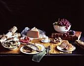 Festliches Weihnachtsmenü mit Spaghetti, Fisch, Käse, Obst und Kuchen